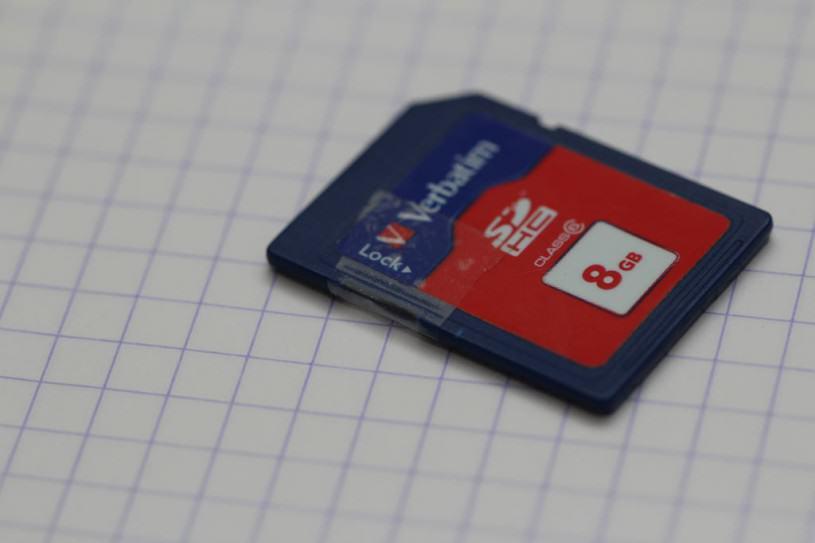 Une carte SD scotchée