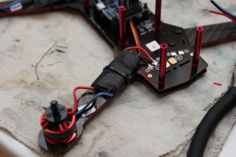 La gaine thermo est chauffée puis l'ESC fixé avec un collier de serrage