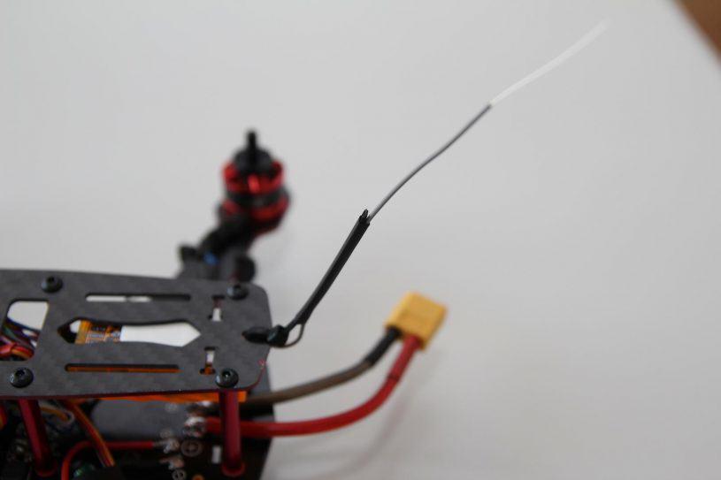 Astuce pour l'antenne : un collier de serrage et de la gaine thermo font un bon support !